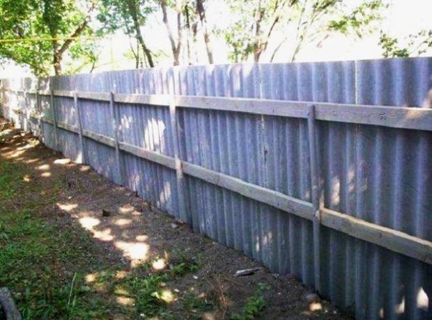 Як зробити паркан з шиферу