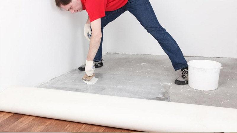 Як і чим приклеїти лінолеум на бетонній підлозі: технологія робіт