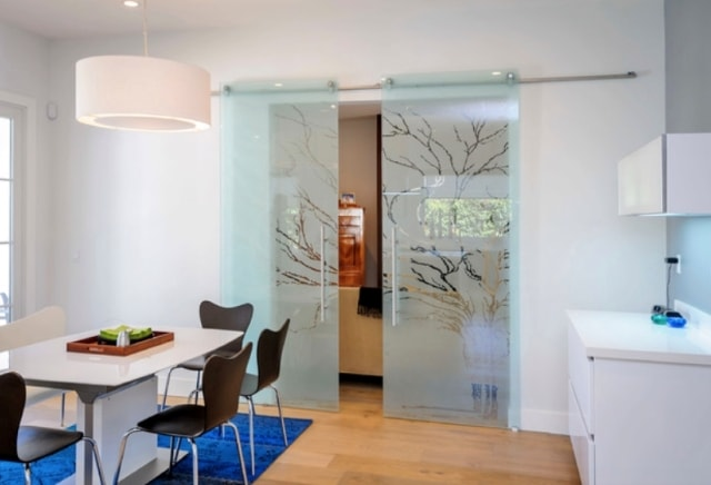 Дизайн стеклянных дверей и разнообразие декора