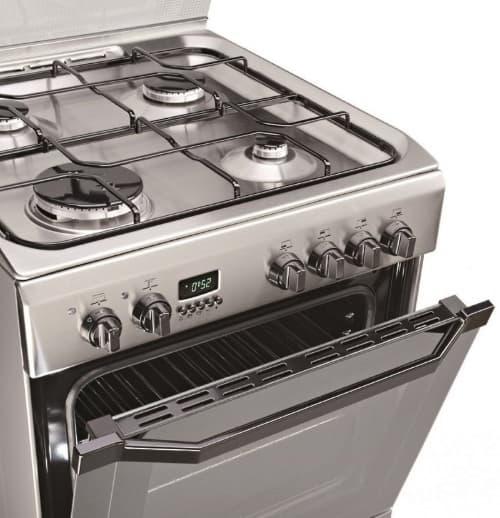 газовая плита из нержавейки на кухне
