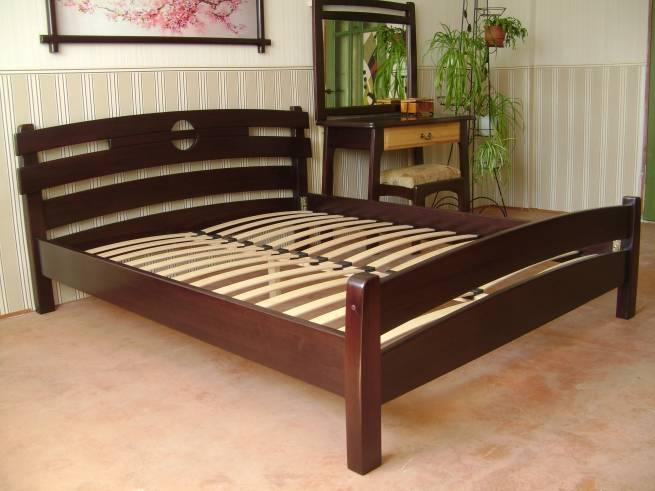 Ліжка з натурального дерева: їх переваги та різновиди
